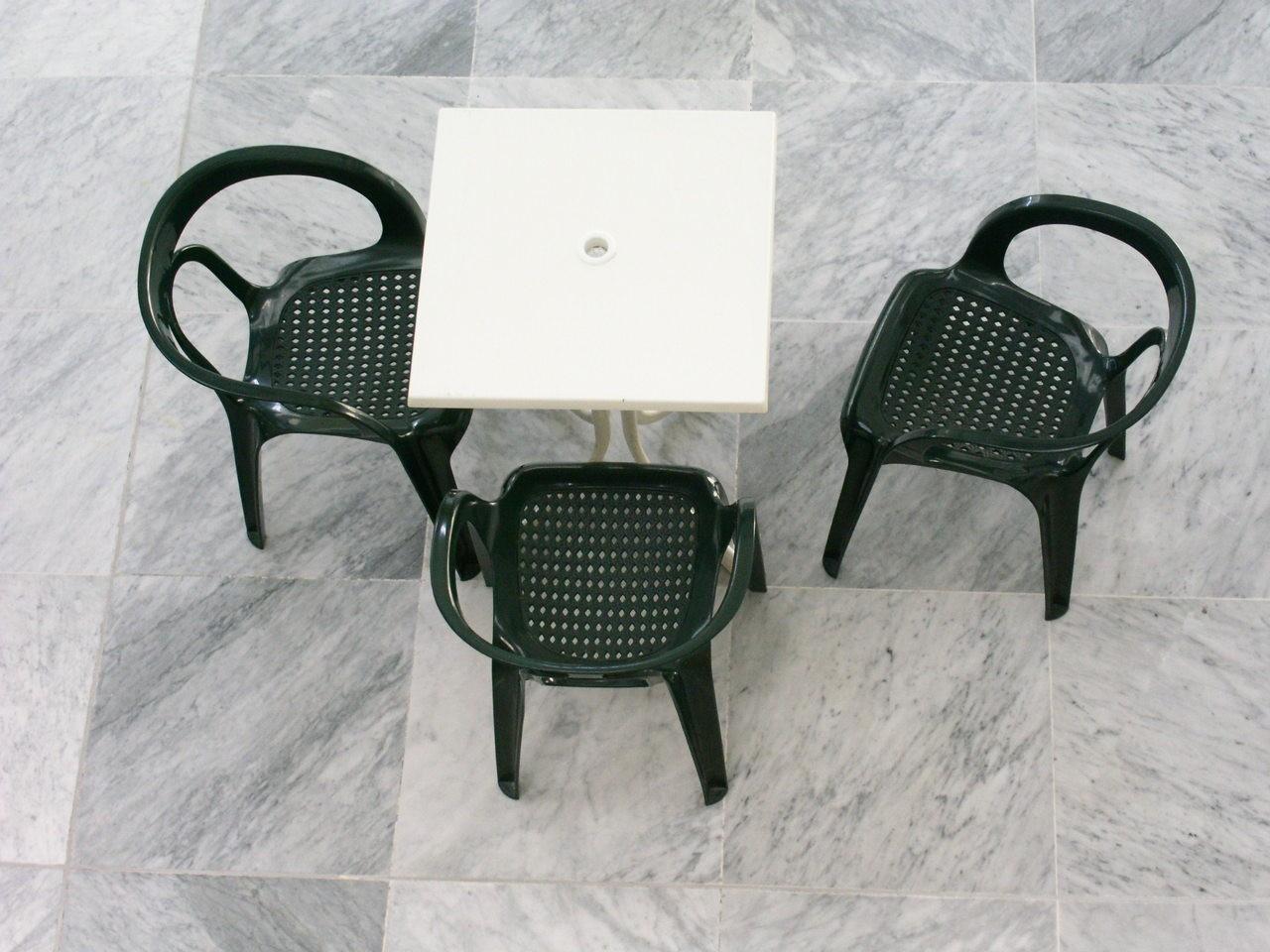 Dostęp ze wszystkich stron do stołu i krzeseł